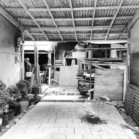 pintu masuk ke workshop tukang di belakang