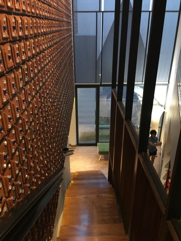 area foyer sekaligus tangga dengan desain kulit terracotta