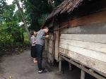 kayu kuma dan yerim yang sedang mengamati organisasi ruang rumah tradisional Belitung